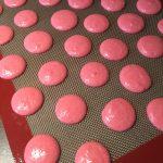 Macarons auf das Blech spritzen
