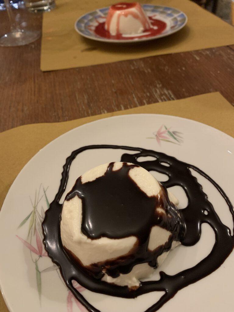 Italienische Panna cotta mit Schokolade und Erdbeeren